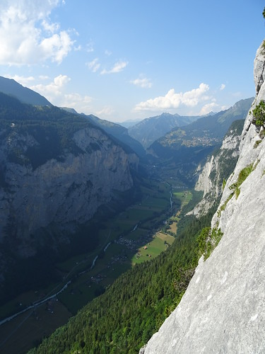 View down to the Lauterbrunnen valley | by scalamalade.ch