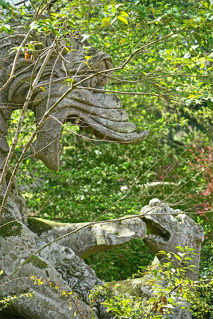 Le combat du Dragon dans le parc des Monstres (Bomarzo, Italie)
