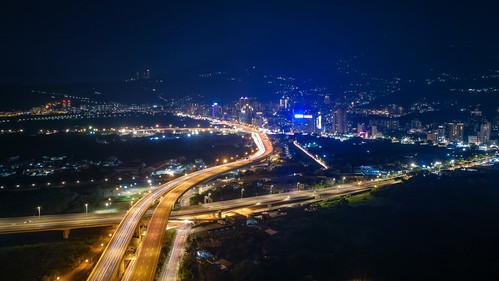 高速道路の車の光跡   by YUSHENG HSU