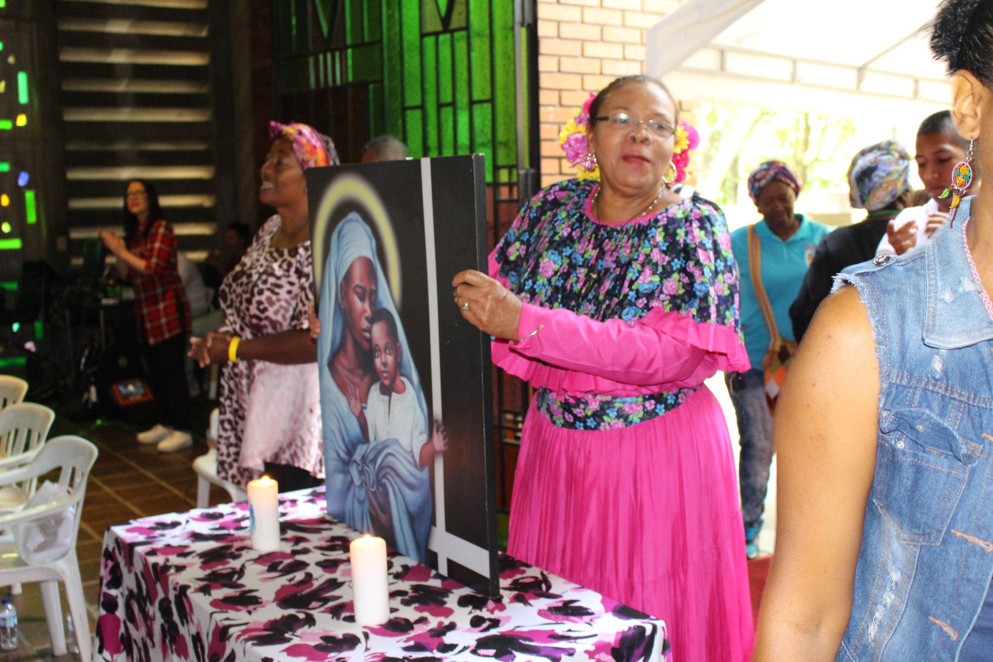 La delegación de Panamá animó los cantos de la Eucaristía del día en la capilla de la USB y aprovechó para promover la Jornada Mundial de la Juventud 2019. Una de sus representantes sostiene el cuadro de María mafa, símbolo de la Pastoral Afro Cali.