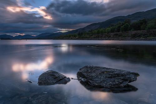 scotland vereinigteskönigreich gb water clouds lochleven ballachulish evening dusk sunset rock stone