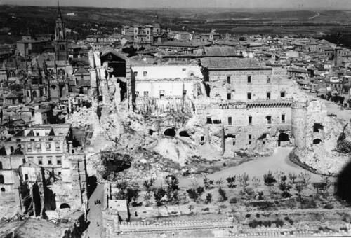 Fotografía aérea del Alcázar de Toledo hacia 1940, destruido tras los bombardeos y asedio de 1936. Centro cartográfico del Ministerio del Ejército.