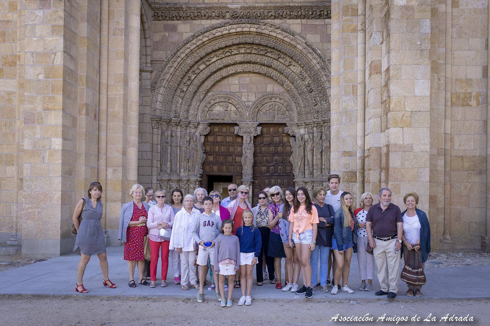 Otra foto del grupo durante la Visita Cultural a Ávila, delante de la portada occidental de la Iglesia de San Vicente.
