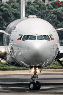 9K-AOM Kuwait Airways Boeing 777-369(ER).
