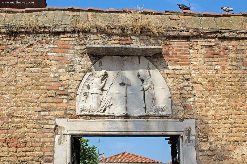 Entrata del cortile di Santa Maria degli Angeli