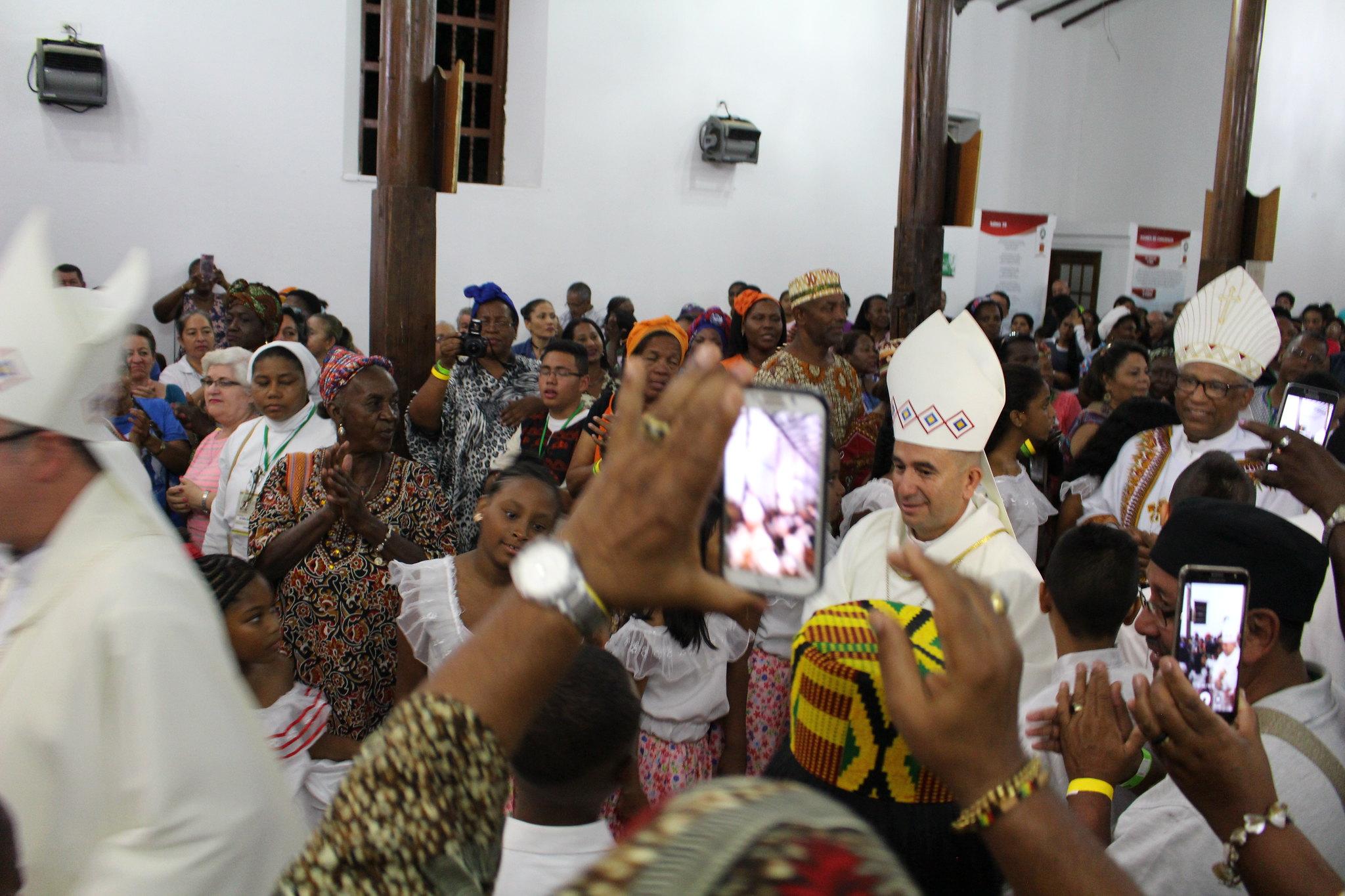 Los obispos Rubén Darío Jaramillo Montoya, de Buenaventura, y Zanoni Demettino Castro, de Feira de Santana en Brasil entran en procesión a la Eucaristía del XIV EPA Cali 2018 en Jamundí.