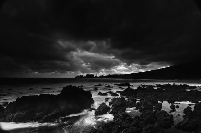 Dark Sky and Shoreline_Maui