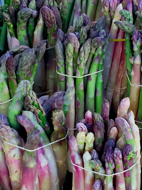 Les belles asperges du marché d'Apt, Luberon. The beautiful asparaguses of the market of Apt