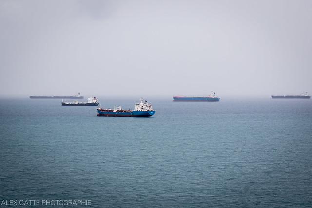 Bateaux porte container à l'horizon