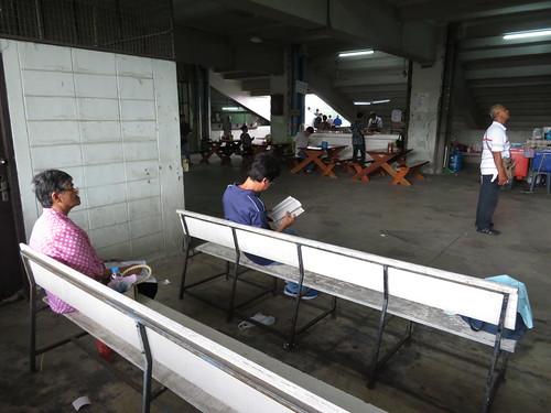 ロイヤルターフクラブ競馬場2階にあるベンチ