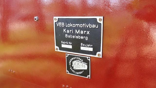 1957 Berlin-O. Typen- und Herstellerschild an Diesellok Ns2f Siegfried (V4) von VEB Lokomotivbau Karl Marx Babelsberg (LKM) Pioniereisenbahn Volkspark Wuhlheide An der Wuhlheide 189 in 12459 Schöneweide