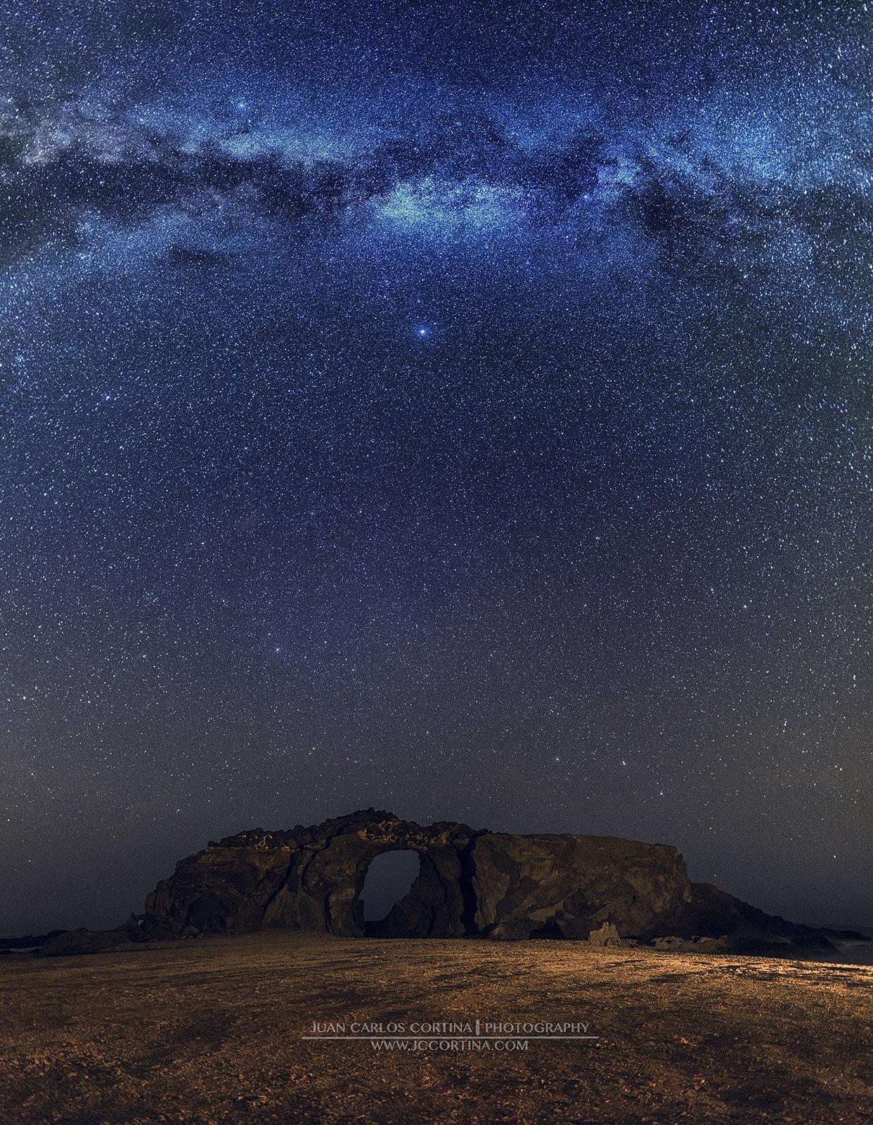 Vía láctea sobre arco del jurado. Fuerteventura