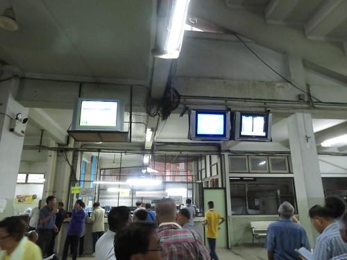 タイの競馬場スタンド1階のモニター