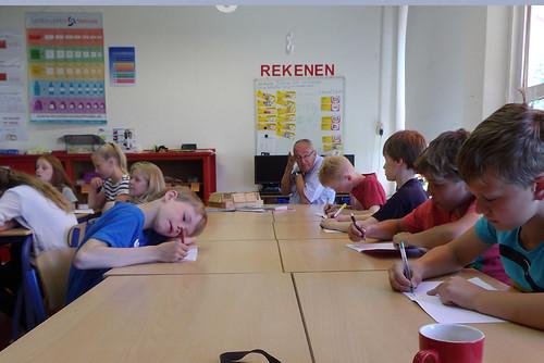 Hier worden met volle aandacht aantekeningen gemaakt tijdens de les over steenuilen