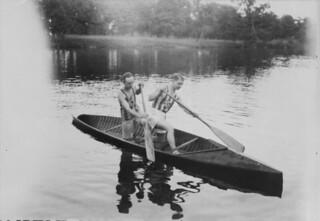 Tandem canoe racing, Rideau Canoe Club, Ottawa, Ontario / Course de canot en tandem, Rideau Canoe Club, Ottawa (Ontario)