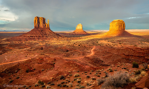 monumentvalley sunset mittens themittens valley landscape monumentvalleynavajotribalpark oljato arizona utah oljatoarizona getty gettyimages mimiditchie mimiditchiephotography dailyrayofhope droh