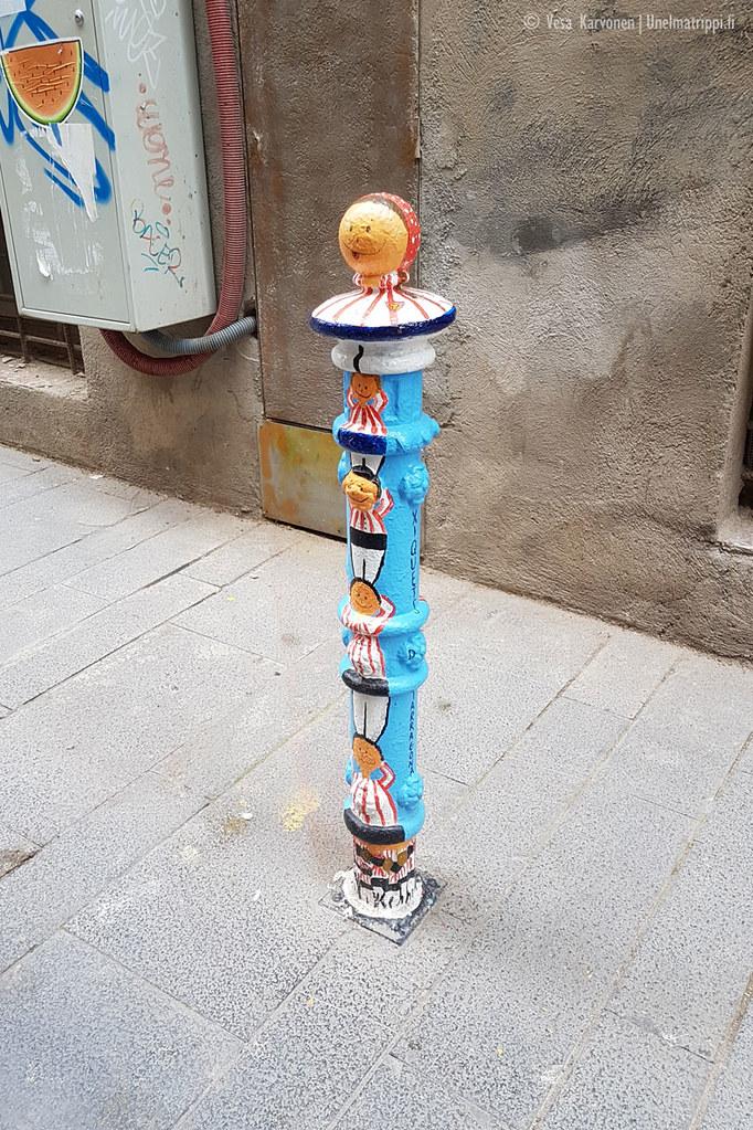 Maalattu pylväs kadulla Tarragonassa