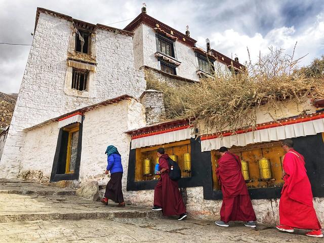 Monjes haciendo la kora en un Templo tibetano