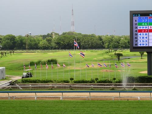 ロイヤルターフクラブ競馬場にたなびくタイ国旗