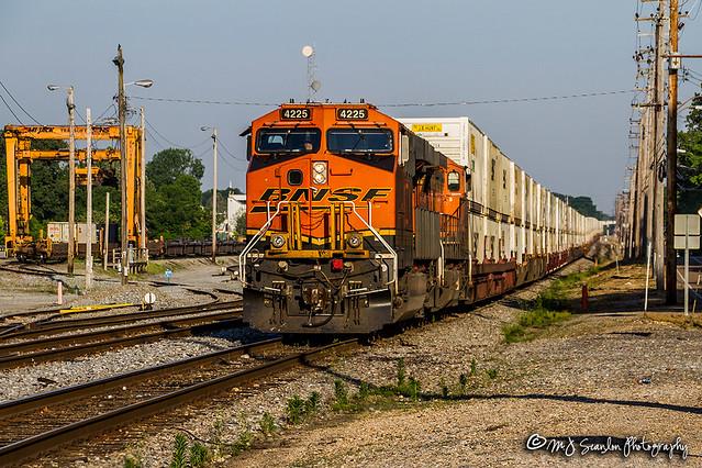 BNSF 4225   GE ES44C4   NS Harris Yard