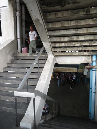 ロイヤルターフクラブ競馬場2階から3階への階段