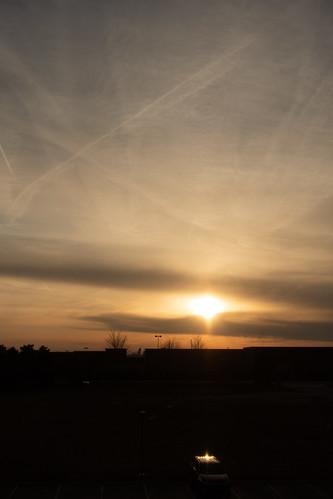 novi michigan アメリカ合衆国 us sunset evening 日没 夕日 cloud vapor trail contrail 雲 飛行機雲 car 自動車 クルマ 車 reflection 反射 town hotel ホテル ノバイ mi ミシガン ミシガン州 usa アメリカ sony rx100m3