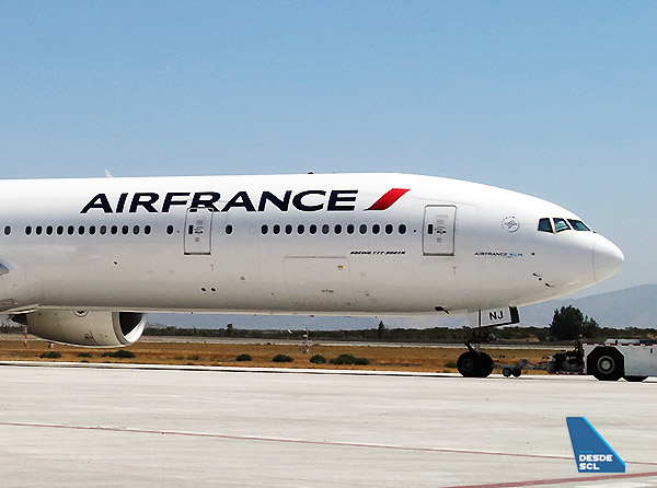Air France B777-300ER F-GZNJ front SCL (RD)