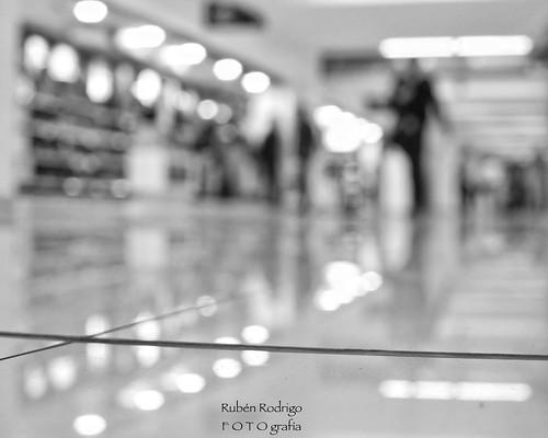 mexicocity international airport aeropuerto internacional ciudad méxico aicm terminal1 light traveler reflection low pointofview shallow depthoffield dof blur bokeh forlife blackandwhite bw blancoynegro happy monochrome monday marconi union snapseed nikon d7100 35mm rubén rodrigo fotografía profundidaddecampo nikkor happytravelthursday travel thursday