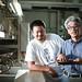 M. Isawa, producteur à Shizuoka en compagnie d'un employé