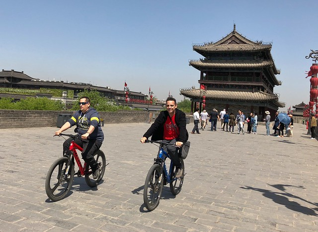 Sele e Isaac de Chavetas en Xi'an (China) montando en bicicleta