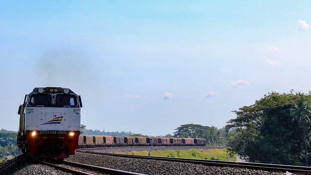 Kereta Api Angkutan Semen Melintasi Tikungan Sebelum Stasiun Lama Kalimenur
