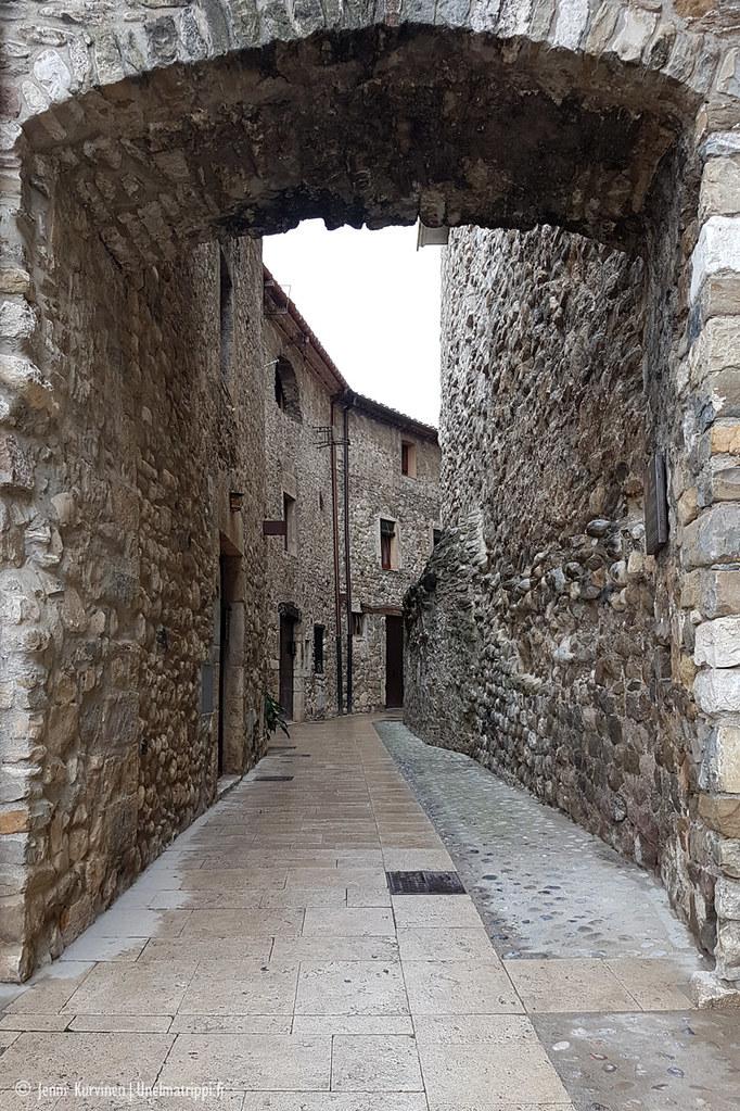Porttikäytävä Besalússa