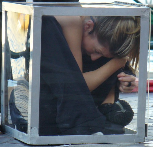 Sydney street performer squeezes into a box - photo 4, last photo