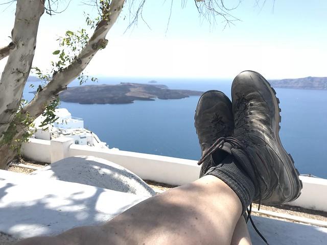 Blick auf die Caldera von Santorin nach einer Wanderung von Oia nach Firá.