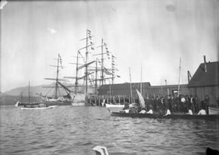 Royal Tour, canoe race, Vancouver, British Columbia /  Course en canot lors d'une visite royale, Vancouver (Colombie-Britannique)