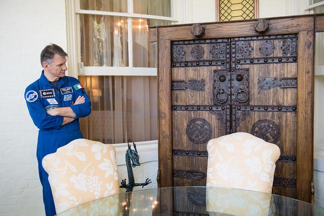 Astronauts Randy Bresnik and Paolo Nespoli Visit Marine Corps Barracks (NHQ201805070007)