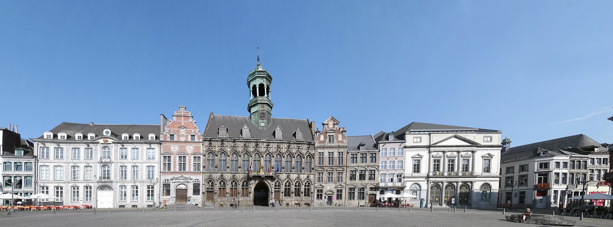 Gran Plaza panoramica y Ayuntamiento de Mons Belgica