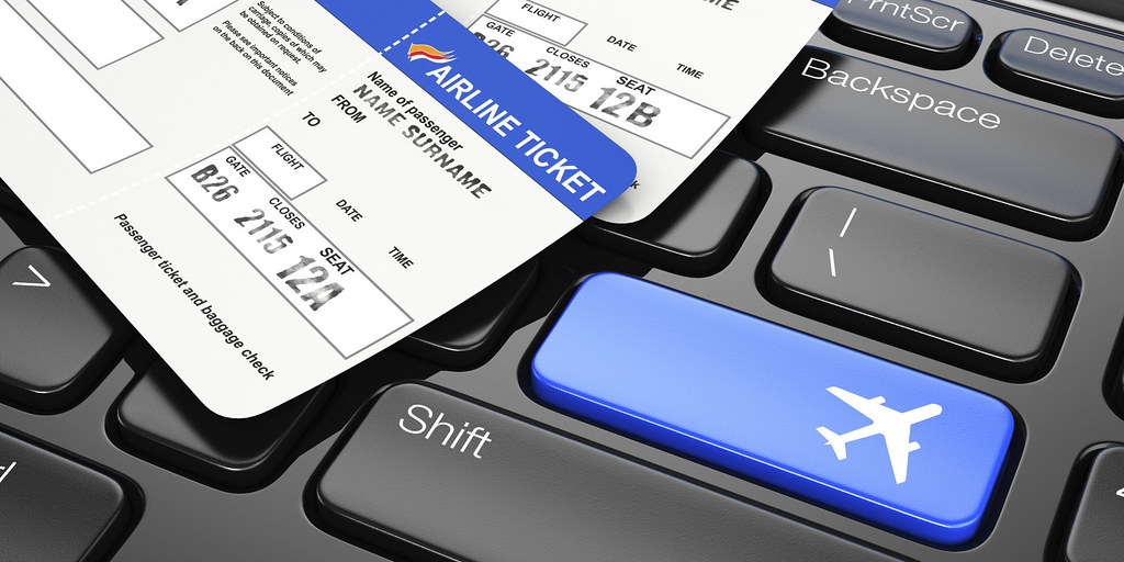 letenky a palubní lístek na klávesnici
