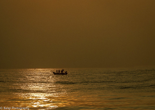 marinabeach marina beach boats fishermen sea bayofbengal sunrise dawn sunlight reflection chennaireflections chennai chennaibirds beachesofindia beachphoto canon canon70d