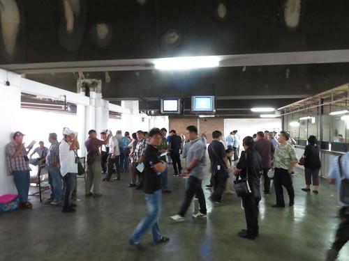 ロイヤルターフクラブ競馬場の5階のモニターに群がる人々