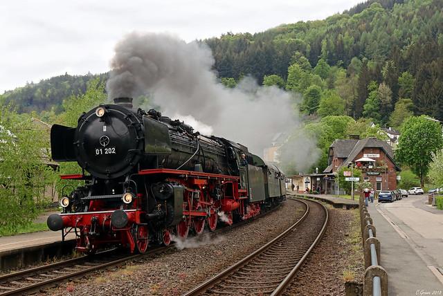 01 202 fährt im Rahmen des Trierer Dampfspektakels in den Bahnhof von Kordel ein, 29.04.2018