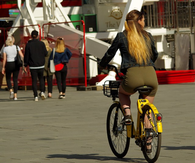 girl on OFO bike  (1)