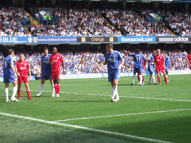 Frank Lampard and Didier Drogba marshalling the Chelsea defence ahead of a Liverpool corner