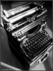 Vieja Maquina de Escribir. / Old Writing Machine.   by Gonzalo Barrientos