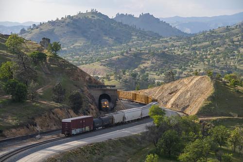 california tehachapi walong up unionpacific bnsf tunnel10
