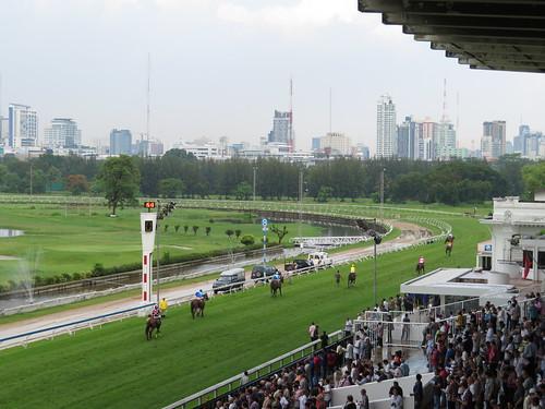 ロイヤルターフクラブ競馬場から見るバンコクの摩天楼