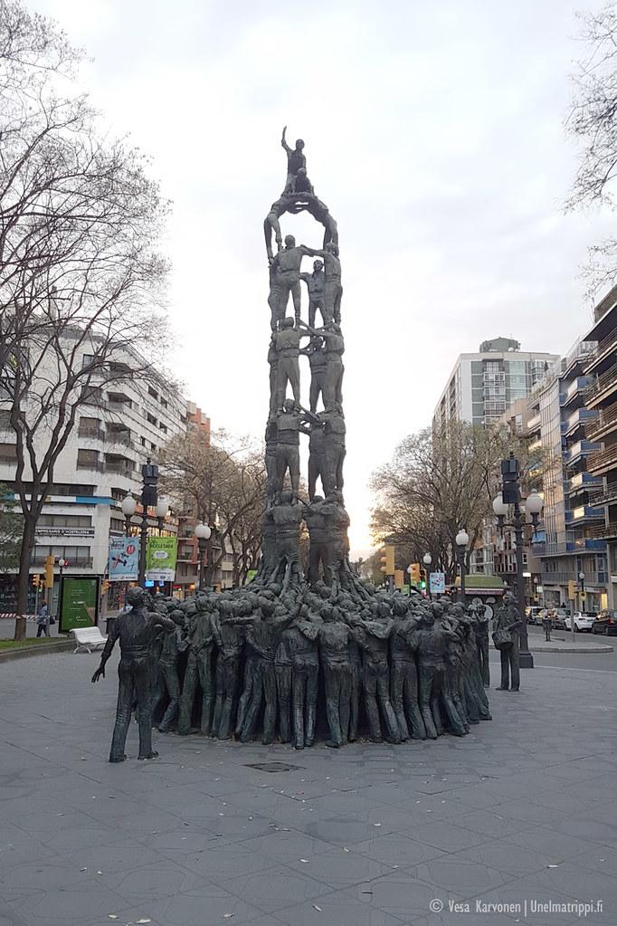 Ihmistornia esittävä patsas Tarragonassa