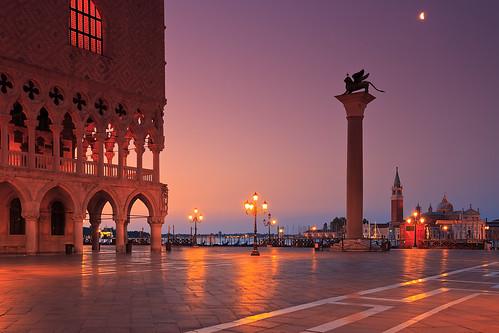 venice italy travel delfino palazzoducalevenice doge dogespalace lion markslion town dawn sunrise pillar moody landmark