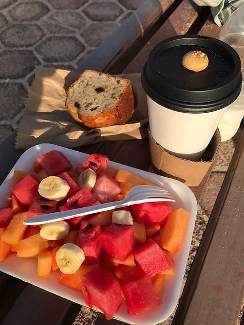 土, 2018-03-10 08:20 - 浜辺で朝食 果物、カプチーノ、バナナケーキ