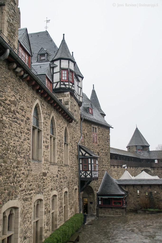 Schloss Burgin sisäpihaa ja torneja